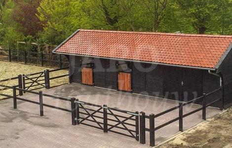 Houten paardenstallen jaro houtbouw for Te koop woning met paardenstallen