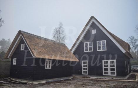 Rietgedekte woning bouwen jaro houtbouw for Huis bouwen prefab