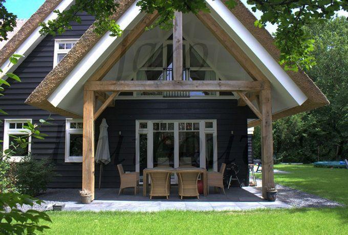 Een houten huis op maat gemaakt door jaro houtbouw - Veranda modern huis ...